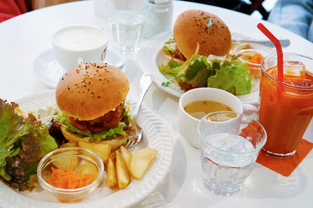 Burger with salad and vegetable juice (Picture: Getty)