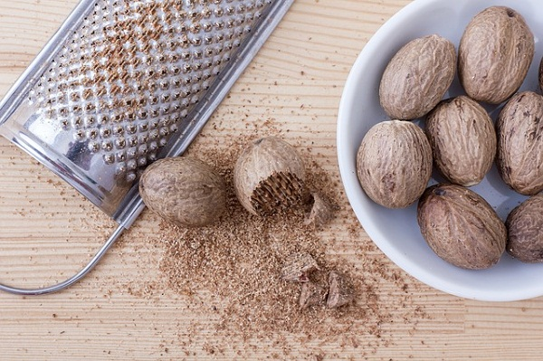 Nutmeg is a natural painkiller that can be used internally and externally for its analgesic, antibacterial and antifungal properties.